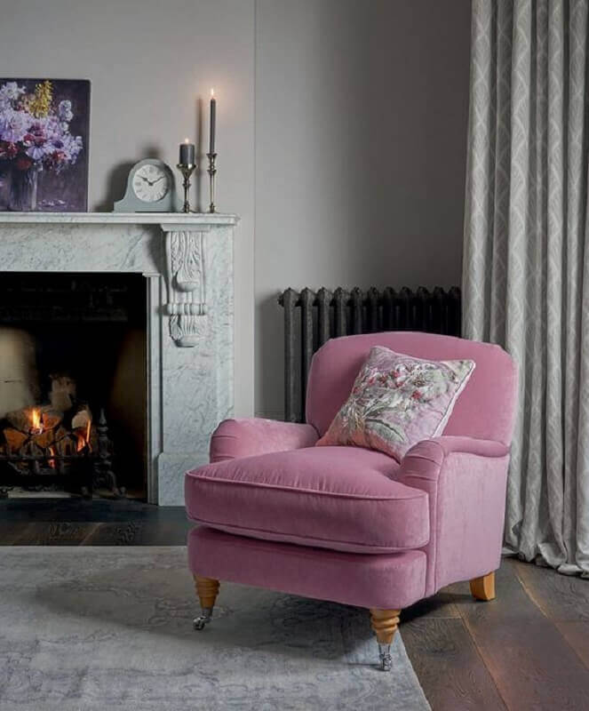 poltrona cor de rosa para sala clássica decorada com lareira Foto Laura Ashley