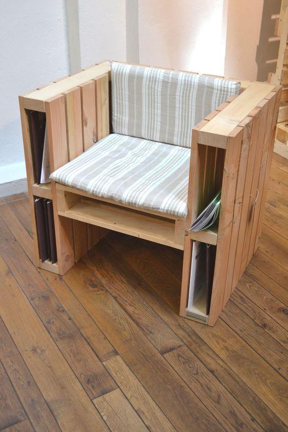 Poltrona de pallet com espaço para livros