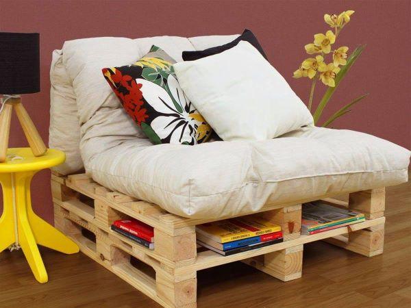 Poltrona feita de pallet com espaço para livros
