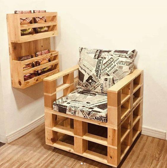 Poltrona de pallet com prateleira para livros e revistas combinando