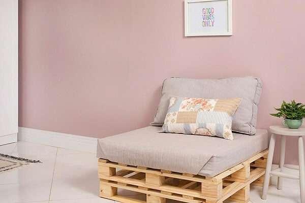 Sala de estar com poltrona de pallet