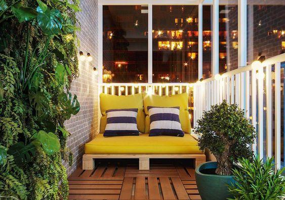 Poltrona de pallet para varanda amarela com almofadas estampadas