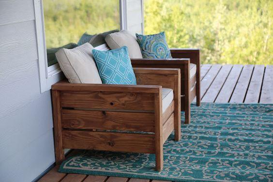 Poltrona de pallet para varanda com almofadas coloridas