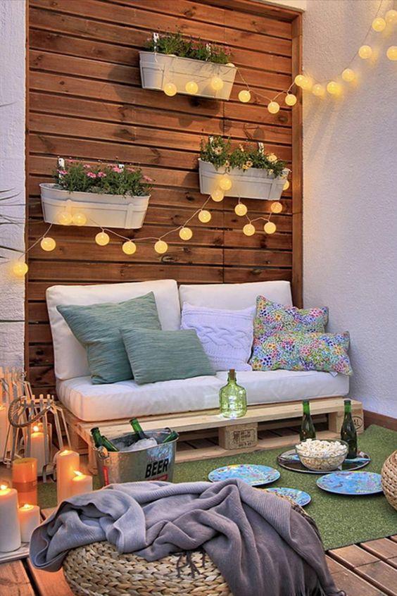 Poltrona de pallet para varanda com luzes charmosas