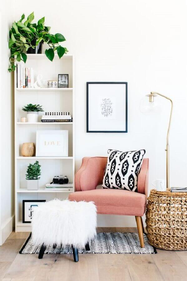 poltrona decorativa rosa para sala branca simples Foto Apartment Therapy