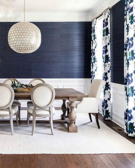 Sala de jantar azul marinho e branca