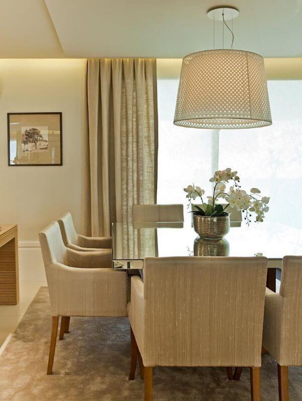 Poltrona para mesa de jantar com lustre branco
