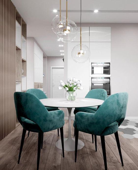 Mesa de jantar redonda com cadeiras turquesa