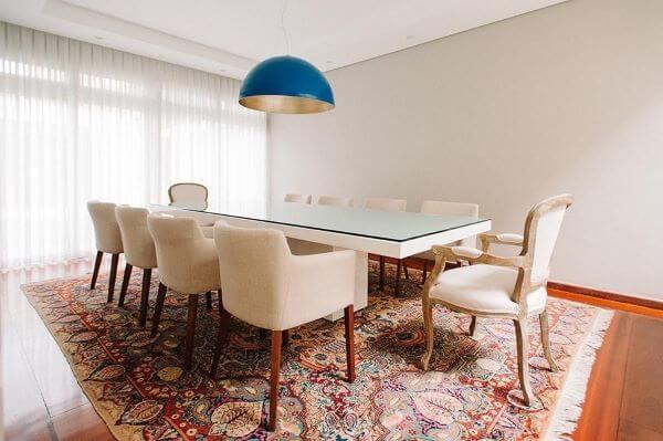 Poltrona para sala de jantar com luminária suspensa