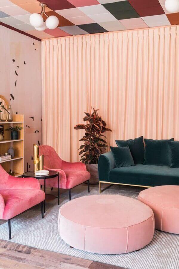 poltrona para sala rosa decorada com sofá verde escuro Foto Article
