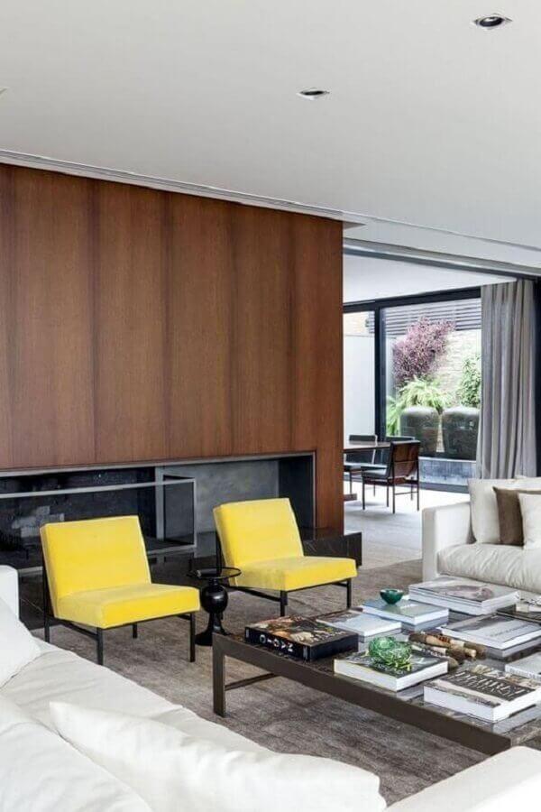 poltronas coloridas amarelas para decoração de sala ampla e moderna  Foto Histórias de Casa