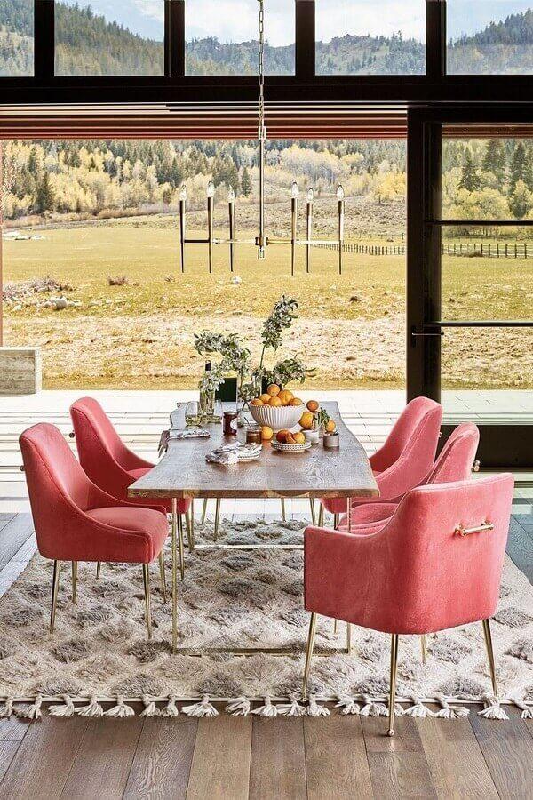 poltronas coloridas cor de rosa para decoração de mesa de jantar  Foto Pinterest