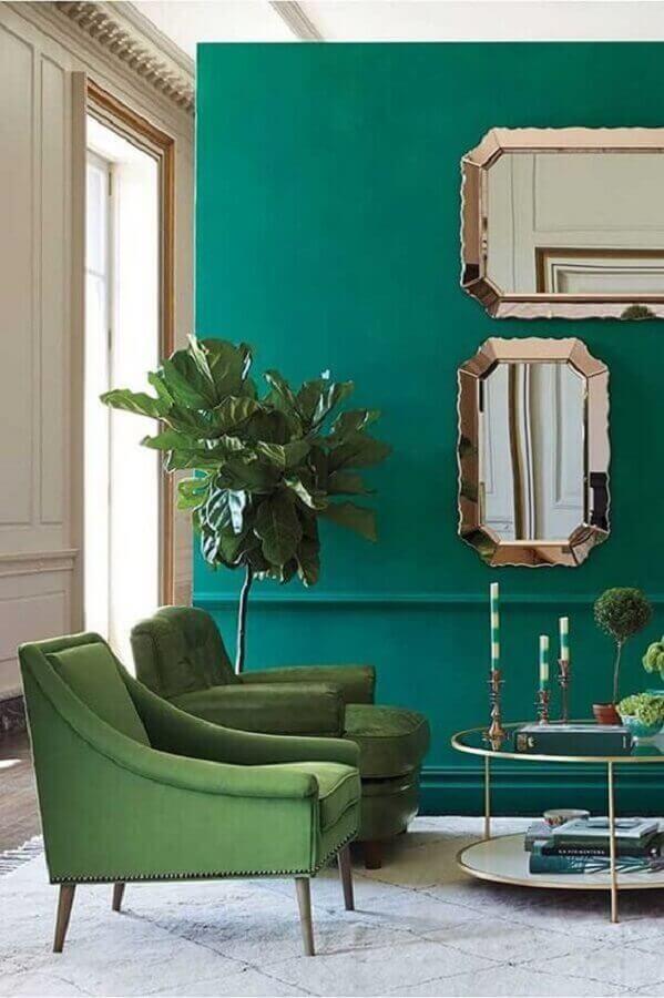 poltronas coloridas para decoração de sala verde com espelhos de parede Foto Home Fashion Trend