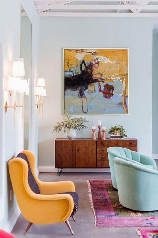 poltronas coloridas para sala decorada com buffet de madeira  Foto Etsy