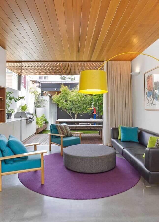 poltronas coloridas para sala moderna decorada com sofá cinza e tapete roxo redondo  Foto Pinterest