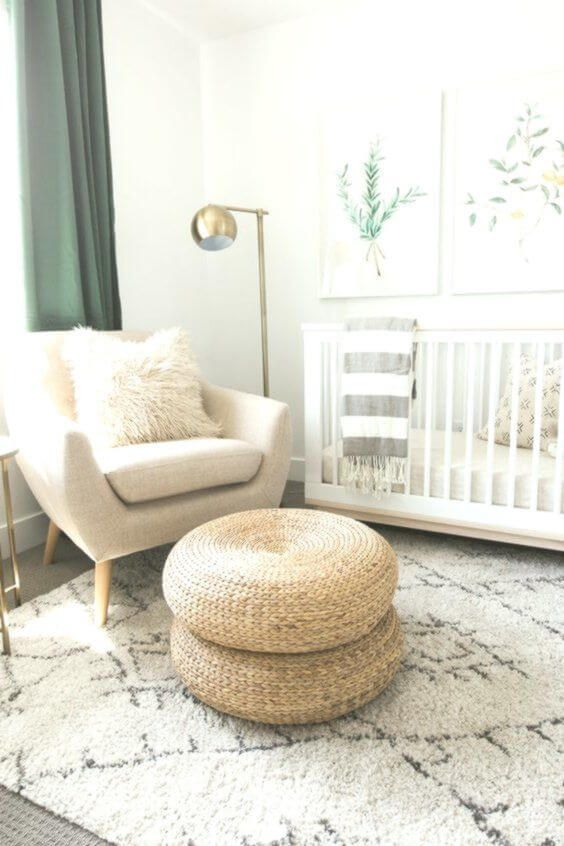 Poltrona com puff de crochê no quarto de bebê clean