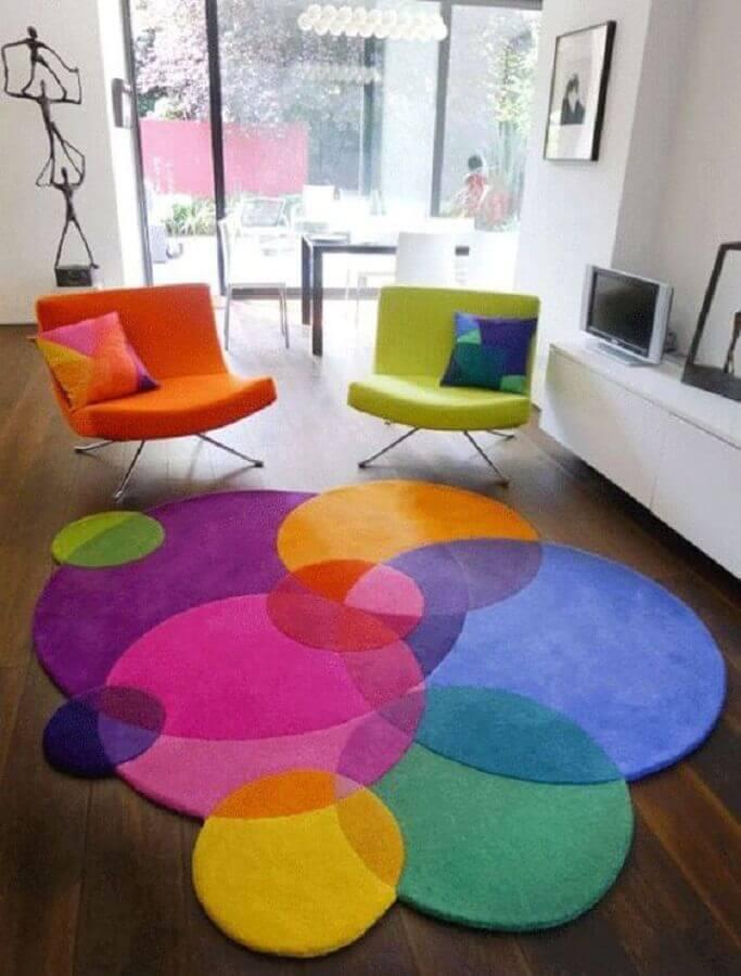 poltronas decorativas coloridas para sala com tapete colorido moderno  Foto Iaza