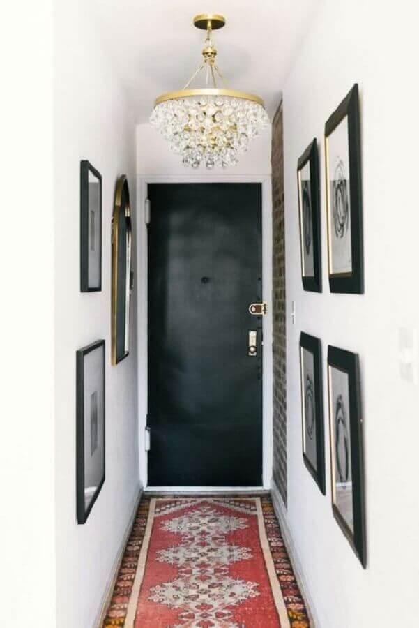 quadros e lustre de cristal para hall de entrada pequeno decorado Foto Fashionismo