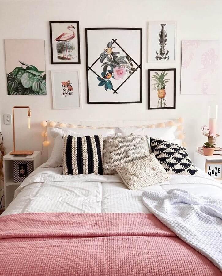 quadros femininos para quarto branco decorado com cordão de luz na cabeceira  Foto Pinterest