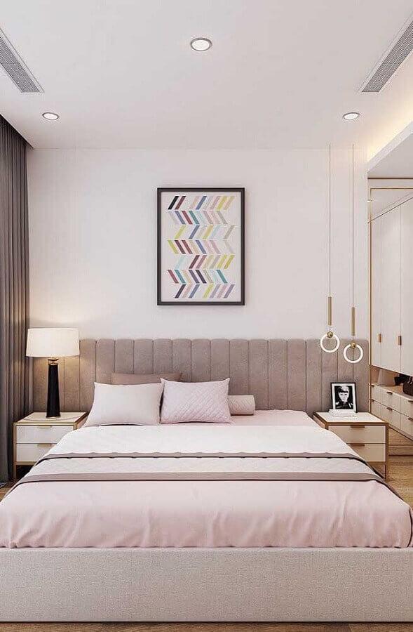 quadros para decorar quarto feminino moderno com cabeceira cinza estofada  Foto My Desired Home