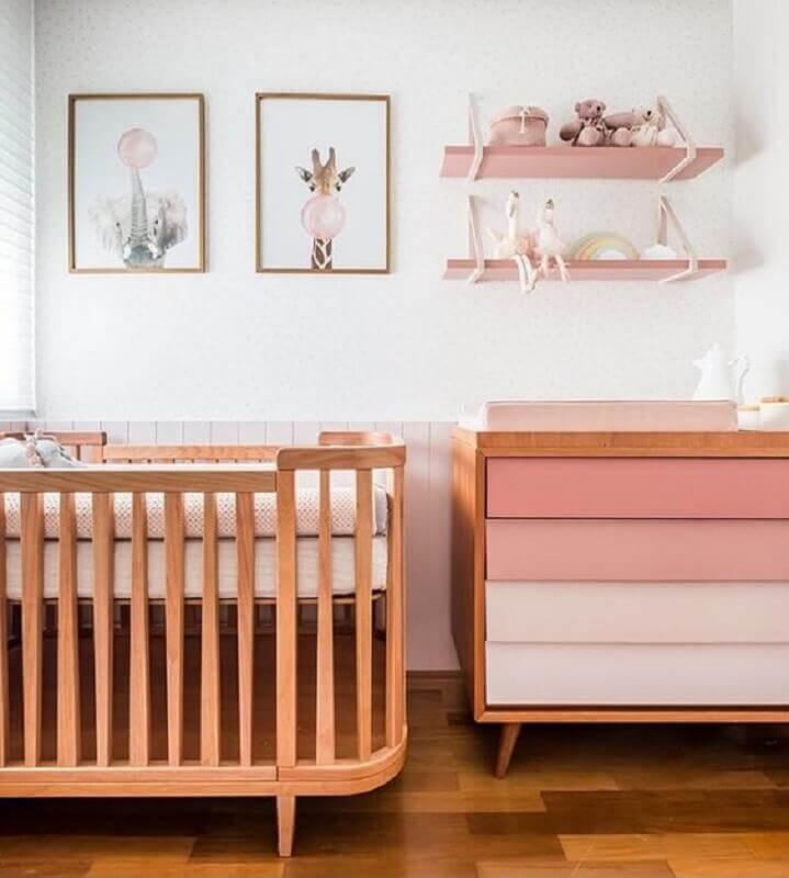 quadros para quarto de bebê feminino branco e rosa decorado com berço de madeira  Foto Vobibr