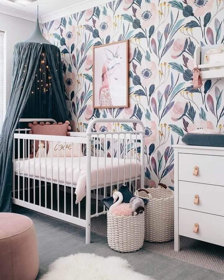 quadros para quarto de bebê feminino decorado com berço branco e papel de parede floral Foto Tarina Wood