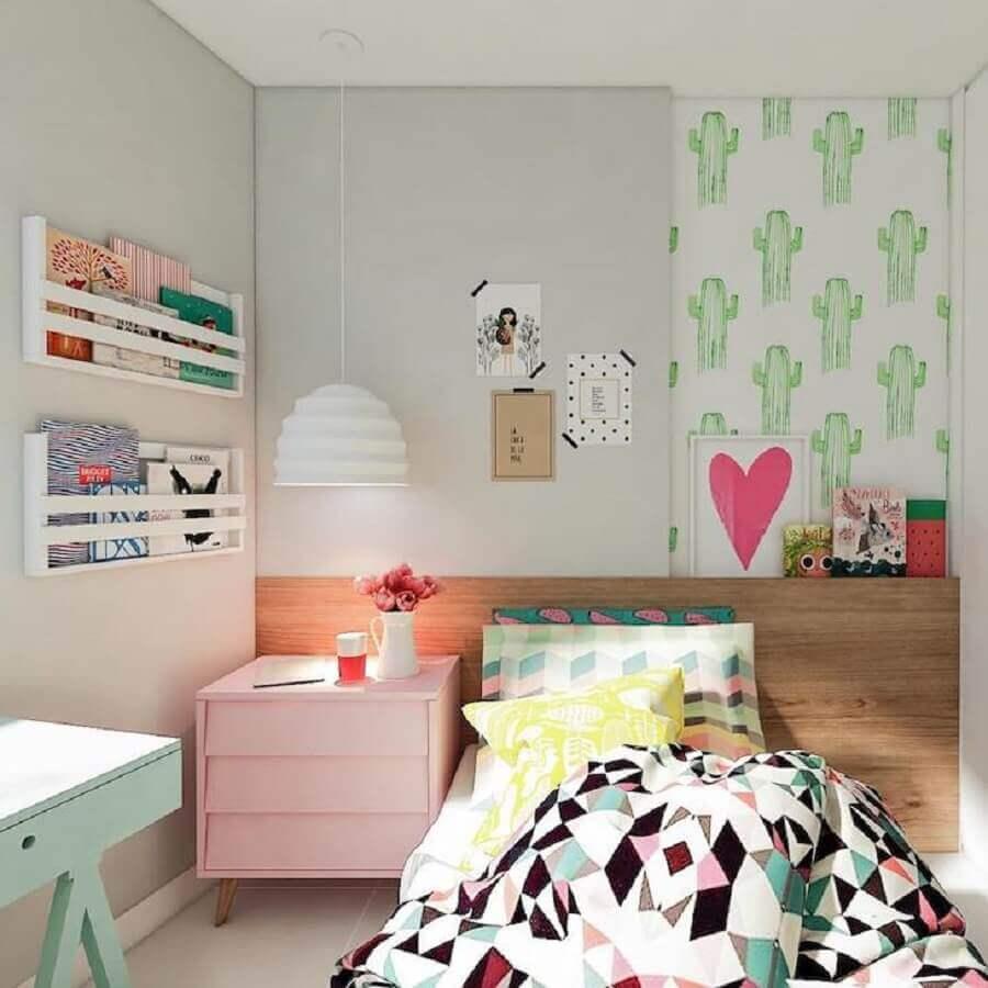 quadros para quarto de solteiro feminino com cabeceira de madeira e móveis coloridos Foto Manga Rosa Arquitetura