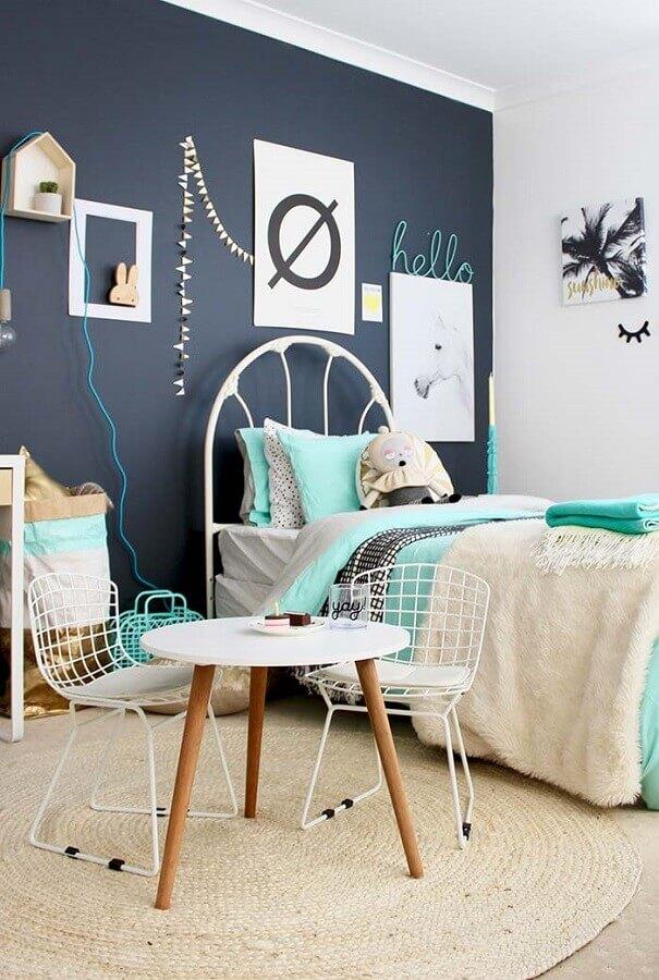 quadros para quarto de solteiro feminino decorado com parede preta  Foto Pinterest