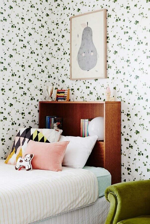 quadros para quarto infantil feminino decorado com papel de parede com estampa de folhas verdes  Foto Otimizi