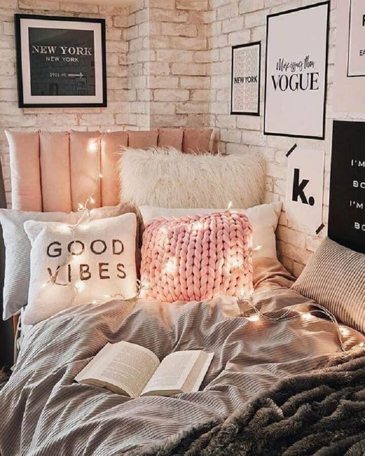 quadros para quarto jovem feminino com parede de tijolinho branca  Foto Dormify