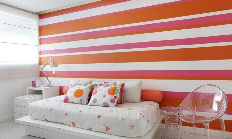 quarto branco decorado com cadeira transparente e papel de parede listrado colorido Foto Casa de Valentina