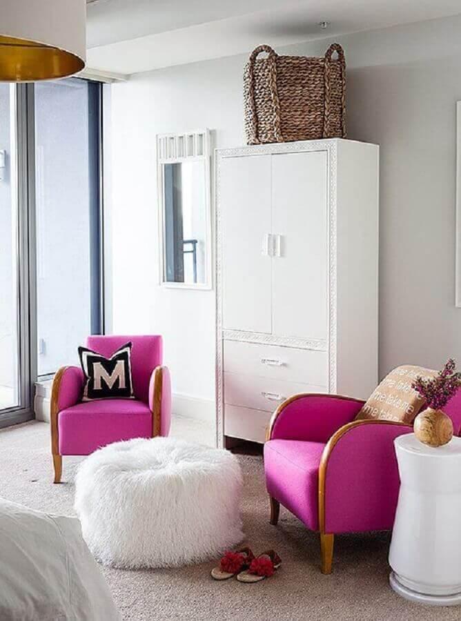 quarto branco decorado com poltrona rosa pink Foto Pinterest