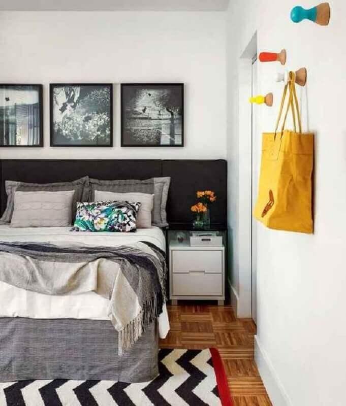 quarto cinza e branco decorado com cabeceira preta estofada Foto Jeito de Casa