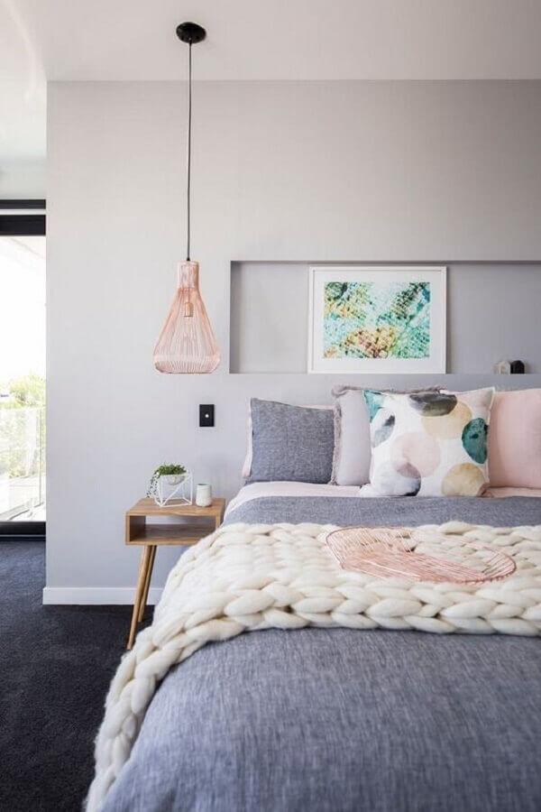 quarto cinza moderno decorado com lustre pendente rose gold Foto Apartment Therapy