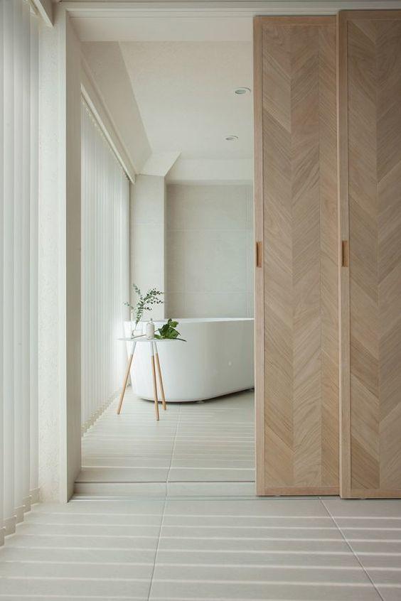 Quarto com banheiro e banheira branca