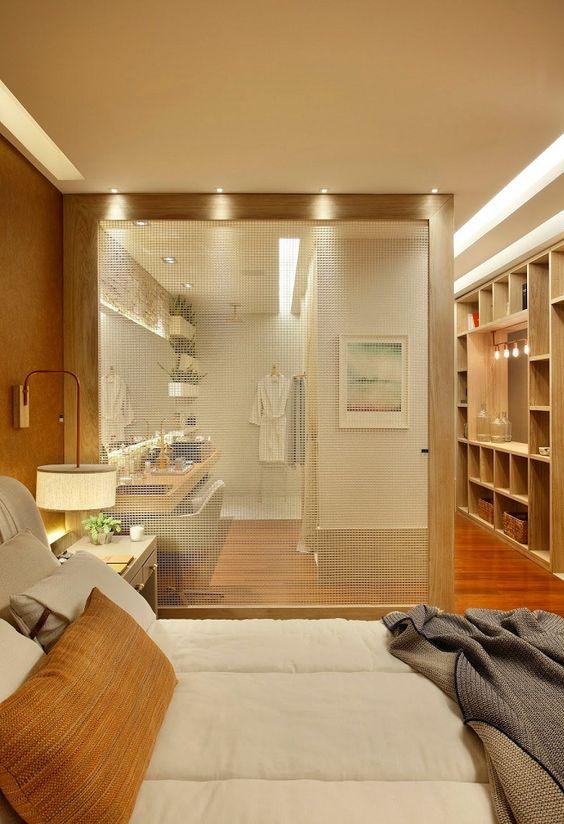 Quarto moderno com banheiro de vidro fosco