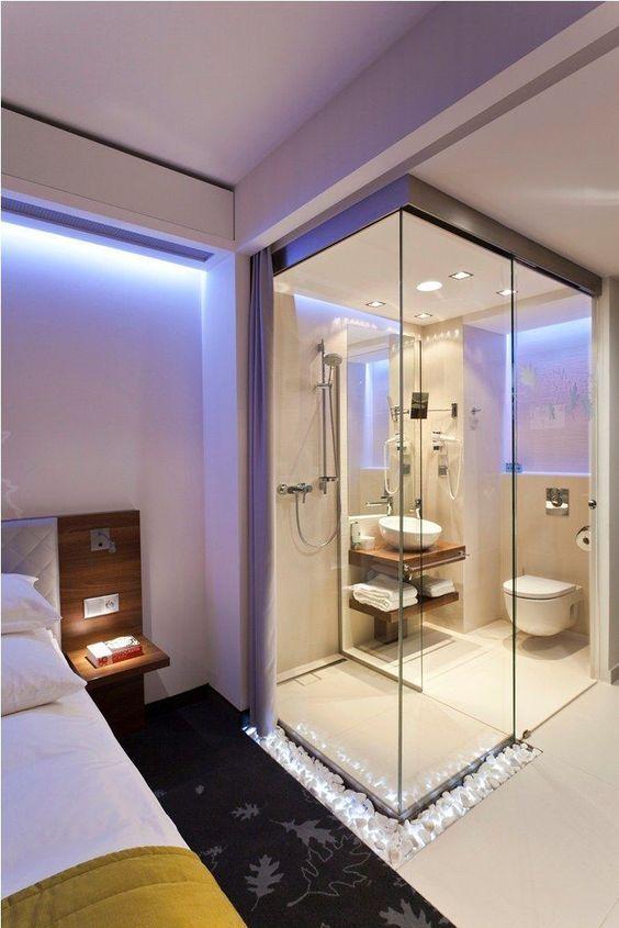 Quarto com banheiro e cortina para dividir o ambiente