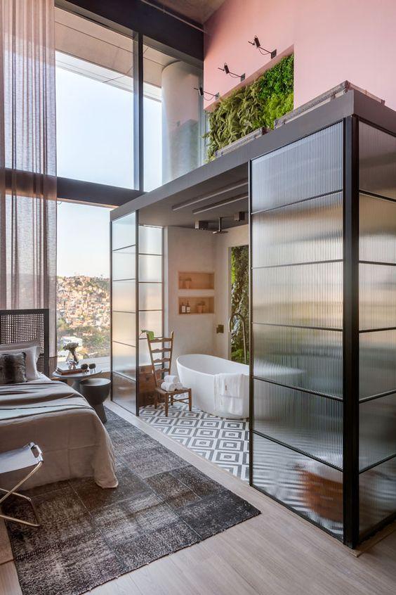 Quarto com banheiro e porta de vidro