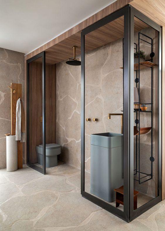 Quarto com banheiro pequeno de vidro