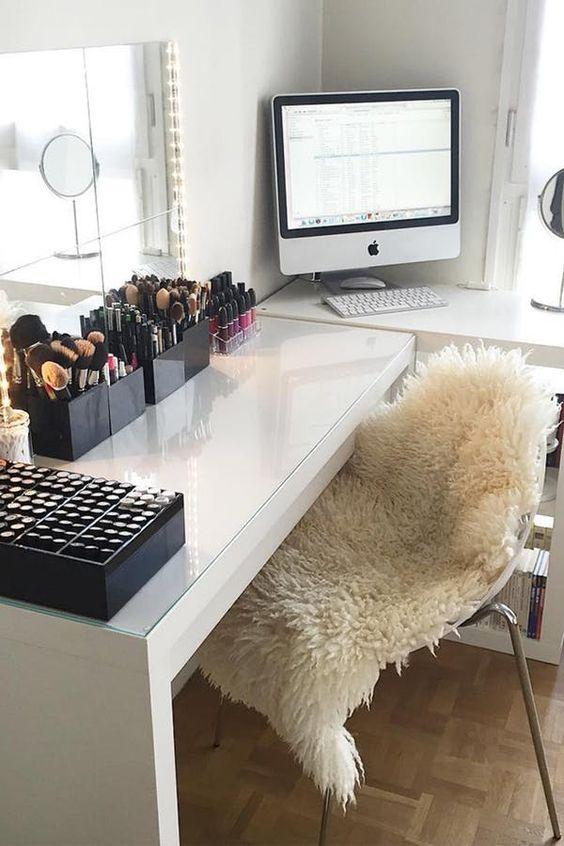 Quarto moderno com penteadeira e escrivaninha organizada