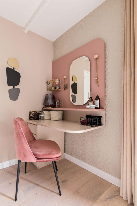Quarto com penteadeira suspensa cor de rosa
