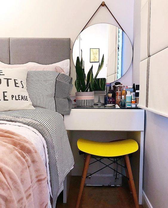 Quarto pequeno com penteadeira ao lado da cama