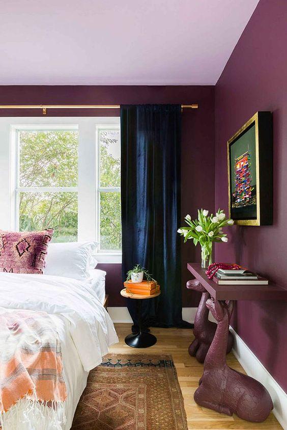 Quarto em tons de roxo na parede e móveis