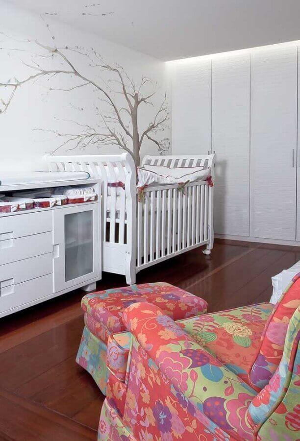 quarto de bebê decorado com poltrona colorida com puff Foto Pinterest