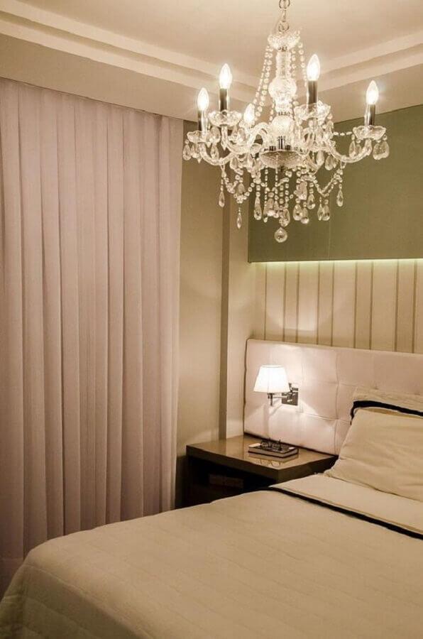 quarto de casal decorado com lustre pendente cristal Foto Constance Zahn