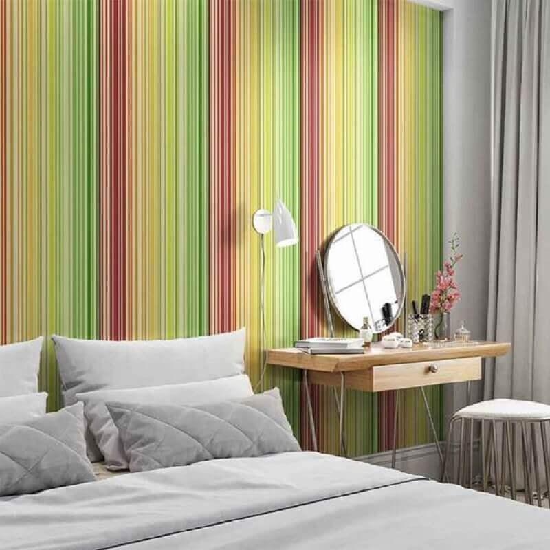 quarto de casal decorado com papel de parede listrado colorido Foto DeFacile