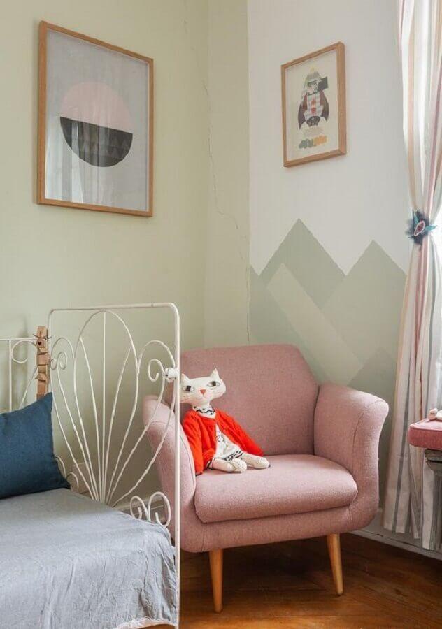 quarto de menina decorado com poltrona rosa claro Foto Histórias de Casa