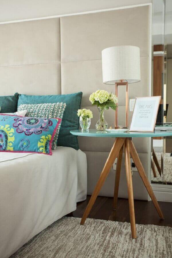 Quarto decorado com mesa lateral alta e pés de palito