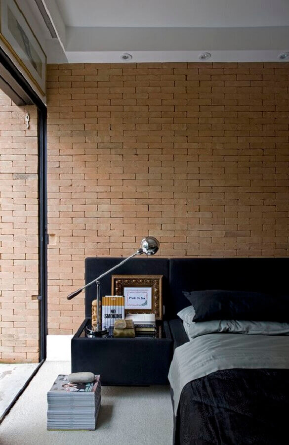 quarto decorado com parede de tijolinho e cabeceira preta com criado mudo Foto Pinterest