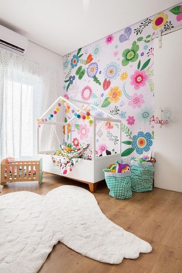 quarto infantil branco decorado com cama casinha e papel de parede flores coloridas bem grandes  Foto Mimoo